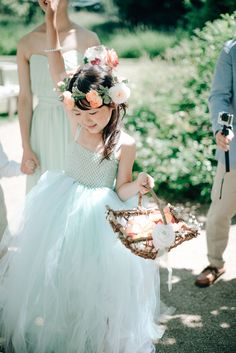 Cute flower kid in blush&light blue! Photography by Grace&Blush More on our inspirationgallery! http://wonderwed.de/inspiration #flowerkid #light blue #blush #cute #roses