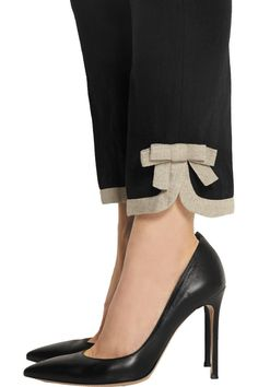 RED ValentinoBow-embellished cotton and linen-blend straight-leg pants – Moldes Moda Salwar Designs, Blouse Designs, Salwar Pants, Kleidung Design, Casual Mode, Kurti Sleeves Design, Designs For Dresses, Pants Pattern, Indian Designer Wear