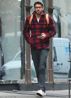 Casual customer: The ex-Gossip Girls star was accompanied by her husband Ryan Reynolds, who chose a low-key checked shirt and grey trousers Flannel Outfits, Trouser Outfits, Dress Outfits, Ryan Reynolds Style, Stylish Men, Men Casual, Herren Outfit, Grey Trousers, Men Looks