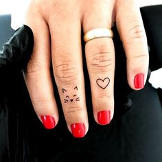 Simple Finger Tattoo, Cute Finger Tattoos, Finger Tattoo For Women, Finger Tattoo Designs, Henna Tattoo Designs, Tattoos For Women, Simple Cat Tattoo, Tattoo Finger, Finger Tats