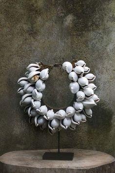 I K I Papua Asmat Tribal shell necklace. Vanitas, Ideas Joyería, Craft Ideas, Diy Collier, Tribal Jewelry, Tribal Necklace, Seashell Jewelry, Shell Necklaces, Craftsman Style