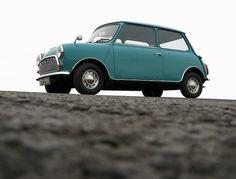 MINI(ミニ)とはBMW社のブランドのひとつで、イギリスで誕生した車。クラシックカーのような見た目がおしゃれで、男性のドライバーも多く見かけます。