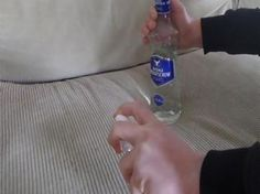 Παίρνει ένα μπουκάλι Βότκα και αρχίζει να ψεκάζει τον Καναπέ της - Μόλις στεγνώσει, δεν πιστεύει στα μάτια της | NewsNowgr.com
