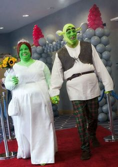 A couple have literally had a fairytale wedding - after tying the knot dressed as Shrek and Princess Fiona.Paul Bellas, painted himself green and wore monster ears and eyebrows for the movie-theme. Shrek Wedding, Wedding Fail, Wedding Humor, Wedding Couples, Dream Wedding, Crazy Wedding, Wedding Beach, Wedding Vows, Wedding Cards