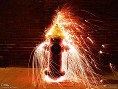 """Idrante in fiamme, Boston  Fotografia di Gary Stubelick  Da """"Top Shots,"""" National Geographic"""