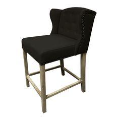 Fru Lin Barstol  er en stilfull og komfortabel stol som passer utmerket til kjøkken øy. Stoffet er i sort farge med sølvnagler og håndtak i rygg. Lyse matte eike ben.