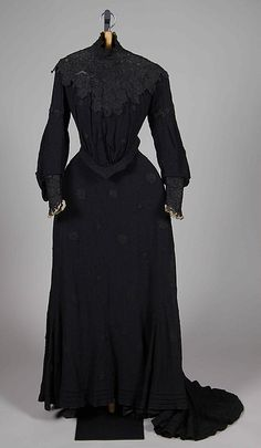 Mourning dress of Dowager Empress Maria Feodorovna. Absolutely gorgeous; I love mourning wear!!