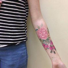 Tatouage femme bras framboise et fleur en couleur