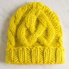 Hue med snoninger. Selv om kabler (snoninger) ser indviklede ud, er de ikke så svære at strikke. Denne hue findes både i voksen- og i børnestørrelse.