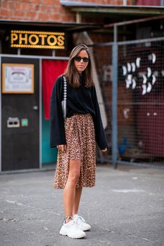 Influencerin Nina Urgell Cloquell trägt einen Leo-Rock von Samsoe & Samsoe, einen schwarzen Sweater und Ugly Sneaker. #breadandbutter #streetstyle #berlin #fashion #mode #glamour #glamourgermany