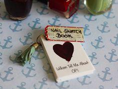 Un nail polish swatch book est l'appellation pour désigner un petit carnet où l'on répertorie tous ses vernis à ongles. Avis aux collectionneuses : voici c
