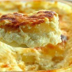 #Batata cremosa.... 1 kg de batata descascada e cortadas em rodelas finas . 1 lata de creme de leite . 1 xícara (chá) de leite . 1 cebola picada . 1 xícara (chá) de queijo parmesão ralado . 1/2 xícara (chá) de queijo provolone ralado . Sal e pimenta a gosto Modo de Preparo Modo de preparo 1. Unte um refratário com um pouco de margarina. 2. Distribua as rodelas de batata. Reserve. 3. No liquidificador bata o creme de leite o leite a cebola o queijo parmesão o queijo provolone o sal e a…