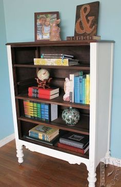 Repurposed Furniture Makeovers With Old Dressers That Are Antiques, Junk or Cheap Thrift Store Finds – How about some clever old dresser makeover ideas? Do you have an old dresser … Dresser Bookshelf, Vintage Bookshelf, Bookshelf Ideas, Bookshelf Styling, Diy Bookcases, Furniture Projects, Home Furniture, Furniture Design, Furniture Stores