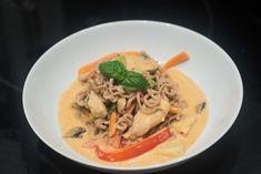 Wok med kylling, rød karry og nudler Wok, Karry, Thai Red Curry, Food And Drink, Pasta, Dinner, Ethnic Recipes, Beverage, Drinks