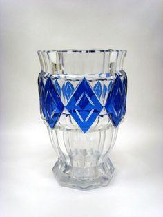 CRISTAL VAL ST LAMBERT, Vase Art Déco en cristal doublè bleu, création de Charles GRAFFART 1938 modèle 'Kipling' pour le Val St Lambert, belle qualité et hauteur de 31 cm