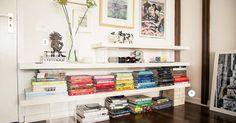 Prateleiras da sala de estar com livros