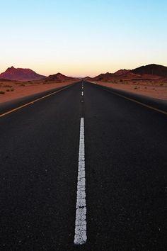 Conforme a viajem se desenrola, a paisagem vai mudando, mas o desenho básico da estrada é sempre de uma linha que se estende infinitamente. A estrada da vida.