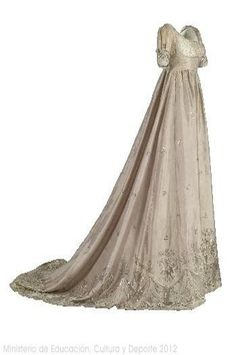 Spangled Taffeta Ball Gown, ca. 1805 via Museo del Traje Vintage Outfits, Vintage Gowns, Vintage Mode, Vintage Hats, 1800s Fashion, 19th Century Fashion, Vintage Fashion, French Fashion, Victorian Fashion