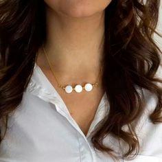 Por fin juernes, ladies! Total white con el collar Honey Colours, elaborado con discos de nácar y cadena bañada en oro, buenos días!! www.byneskapolita.com
