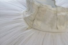 Notes on a classical plate tutu. The bodice is made up of 12 or more panels meaning it has more seams in it so the bodice can curve easil. Ballerina Tutu, Ballet Tutu, Ballet Skirt, Theatre Costumes, Tutu Costumes, Dance Outfits, Kids Outfits, Tutu Decorations, Tutu Bailarina