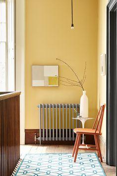 De verfkleuren Light Gold 53, Urbane Grey 225, Scree 227, Heat 24, White Lead 74 van LITTLE GREENE. www.littlegreene.nl | verf | paint | matte verf | interieur | interior | wonen | living | styling | muurdecoratie | wall decoration | hal | hallway |