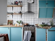 DIY creative small apartment decoration, the background wall wants to change! - Page 4 of 9 - LoveIn Home Easy Home Decor, Cheap Home Decor, Small Apartments, Small Spaces, Turquoise Cabinets, 50s Kitchen, Nordic Home, Swedish House, Small Apartment Decorating