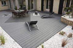 revêtement terrasse en lino, sol recouvert de galets blancs et graminées ornementales, meubles design et déco en pierre