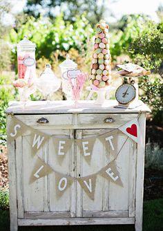 Una bonita presentación para una fiesta al aire libre http://decoratualma.blogspot.com.es/2014/04/mesas-dulces-de-primavera.html