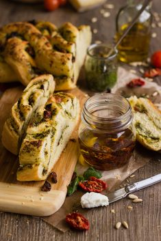 Braided basil pesto (and dried tomatoes) Bread Braided Bread, Bread Bun, Pan Bread, Salsa Pesto, Basil Pesto, Bread Recipes, Cooking Recipes, Tomato Bread, Bread And Pastries