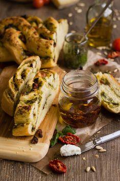 Pan con salsa pesto, queso y tomatitos secos
