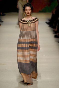 Alberta Ferretti: patchwork e vestidos vaporosos para o verão - Vogue | Desfiles