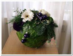 Kerststuk, kerstschikking kerstbal bloemstuk