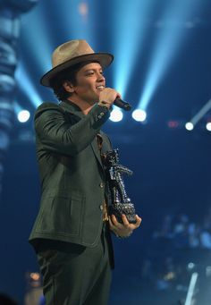 Bruno Mars Photos - Bruno Mars performs during the 2013 MTV Video Music Awards at the Barclays Center on August 2013 in the Brooklyn borough of New York City. - The MTV Video Music Awards — Part 2 Bruno Mars Awards, Bruno Mars Videos, Robin Thicke, Mars Photos, Mtv Video Music Award, Music Awards, Prince Of Pop, Famous Singers, Celebs