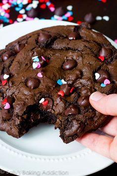 Con esos corazoncitos sí me como toda esta hermosa y gigantesca galleta de chocolate.
