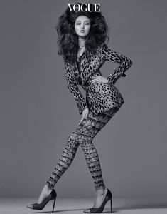 Sunghee Kim turns up the glam factor for the May 2018 issue of Vogue Korea. Photographed by Bosung Kim, the leggy beauty poses in inspired looks complete… Studio Photography Poses, Fashion Photography Poses, Fashion Photography Inspiration, Photoshoot Inspiration, Glamour Photography, Lifestyle Photography, Editorial Photography, High Fashion Poses, Fashion Model Poses