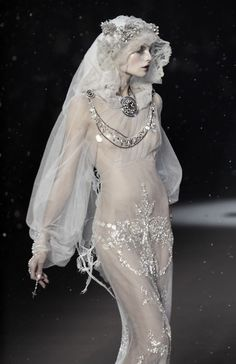 White & Light ~John Galliano Haute Couture, F/W 2009 John Galliano, Foto Fashion, Runway Fashion, High Fashion, Ghost Fashion, Nail Fashion, Gothic Fashion, Nu Goth, Mode Inspiration