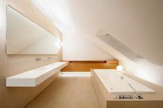badezimmer dachschräge fliesen sandfarbe beige eingebaute badewanne
