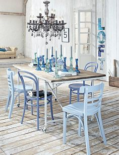 10 Simple Decorating Ways to Make Your Dining Room Feel Fresh - Home Sweet Home Country Furniture, Home Decor Furniture, Furniture Makeover, Outdoor Furniture Sets, Painted Chairs, Painted Furniture, Mismatched Dining Chairs, Blue Chairs, Accent Chairs