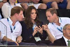 Kate gab Harry und William einen Einblick in ihr Handy. | Kate hüpft in High-Heels und vergnügt sich mit den Prinzen | POPSUGAR Deutschland Stars