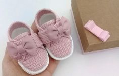Crochet Baby Sweaters, Crochet Baby Boots, Knit Baby Booties, Booties Crochet, Crochet Baby Clothes, Crochet Shoes, Cute Baby Clothes, Tenis Tipo All Star, Baby Tennis Shoes