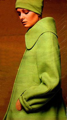 Manteau vert Louis Feraud raglan , taille basse montée sur fronces donnant l'ampleur martingale boutonnée , effet de découpe sur le coté contournant la poche ovale Bure pure laine cardée de Prudhomme