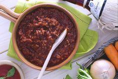 Il ragù di carne di maiale, è un semplice e gustoso condimento a base di pomodoro e carne macinata di suino, con il quale potrete condire della pasta di ogni genere e formato.