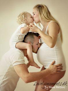 Pregnant maternuty family girl dad mom kiss pose posing