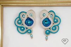 Earrings made with the soutache technique. The central crystals are 12 mm Bermuda blue swarovski squares. The back is covered in beige ultrasound. Soutache Necklace, Tassel Earrings, Bead Embroidery Jewelry, Beaded Embroidery, Boho Jewelry, Handmade Jewelry, Jewellery, Shibori, Turquoise Bracelet