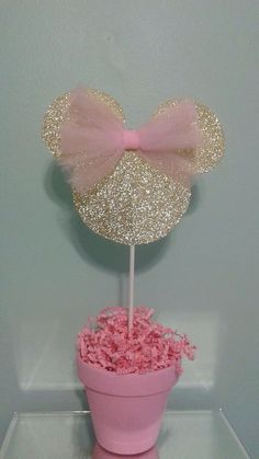 minnie mouse This adorable pink and gold Minnie Mouse centerpiece will add the perfect touch to your table at your next pink and gold Minnie Mouse party. Minnie head is made from gold gl Minnie Mouse 1st Birthday, Minnie Mouse Theme, Minnie Mouse Baby Shower, Mickey Y Minnie, Mickey Party, Minnie Mouse Party Decorations, Minie Mouse Party, Mickey Cakes, Pink Minnie