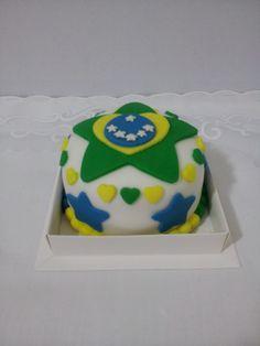 Mini Bolo decorado com pasta americana tema do Brasil. Para encomendas personalizadas acesse o link www.lejonconfeitaria.com.br