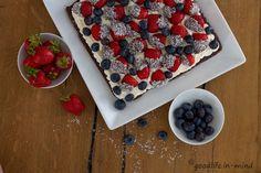 Erdbeeren und Kokossahne auf saftigem Brownie - goodlife.in-mind.de