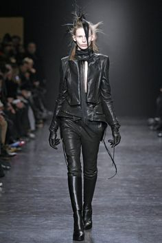 Ann Demeulemeester Herbst/Winter Ready-to-Wear - Kollektion Dark Fashion, Leather Fashion, High Fashion, Fashion Show, Runway Fashion, Ann Demeulemeester, Vogue, Models, All About Fashion