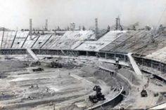 Grandioso, o Maracanã rapidamente recebeu o apelido de Maior do Mundo, já que foi projetado para receber grandes públicos. Muitos dizem que na final da Copa do Mundo de 1950, na derrota brasileira para o Uruguai, cerca de 200 mil torcedores compareceram ao jogo