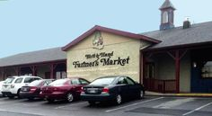 Forget the traditional grocery stores. Avoid the mall. This small town farmers market in Pennsylvania promises a delicious experience. Amish Market, Farmers Market, Lancaster County Pennsylvania, Pennsylvania Dutch, Rehoboth Beach, Amish Country, Road Trip Usa, Antique Shops, Small Towns